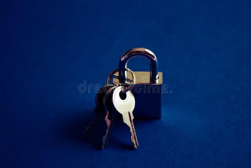 Проверите замок и ключи стоковые фото
