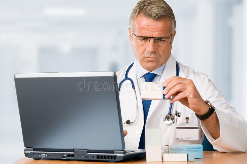 проверите микстуры доктора возмужалые некоторые стоковые изображения rf
