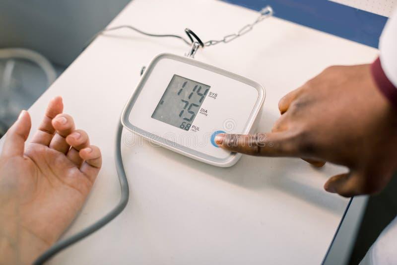 Проверите тарифа кровяного давления и сердца с результатами теста кровяного давления цифрового манометра стандартными Здоровье и стоковые изображения