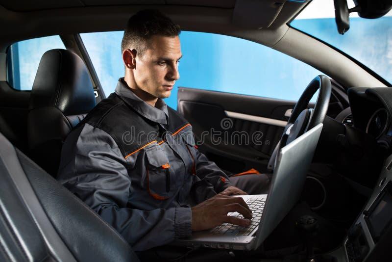 Проверите электронику автомобиля стоковые фотографии rf