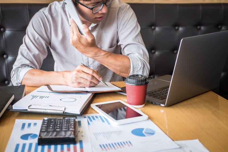 Проверка бухгалтера бизнесмена работая и высчитывать заявление баланса активов и пассивов отчете о расхода финансовое ежегодное ф стоковые изображения rf