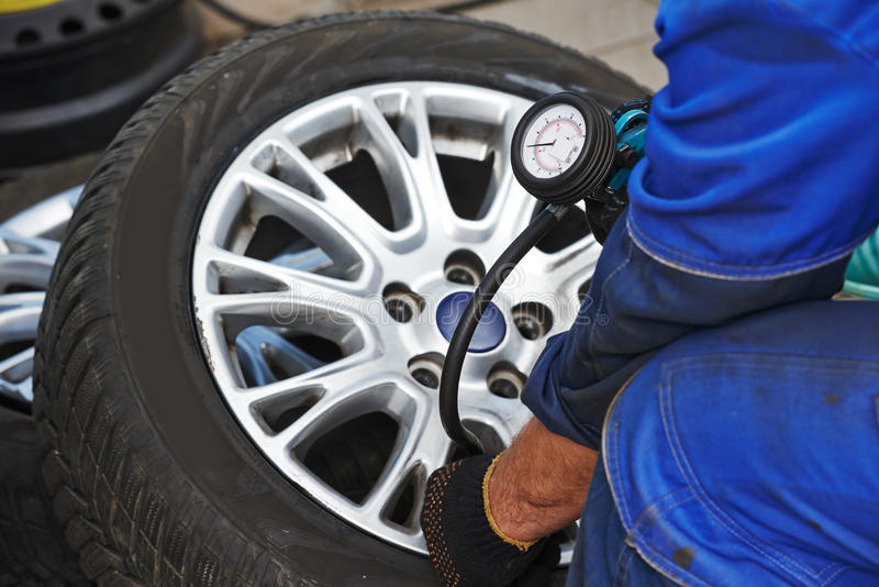 Проверка воздушного давления покрышки колеса автомобиля стоковые изображения rf