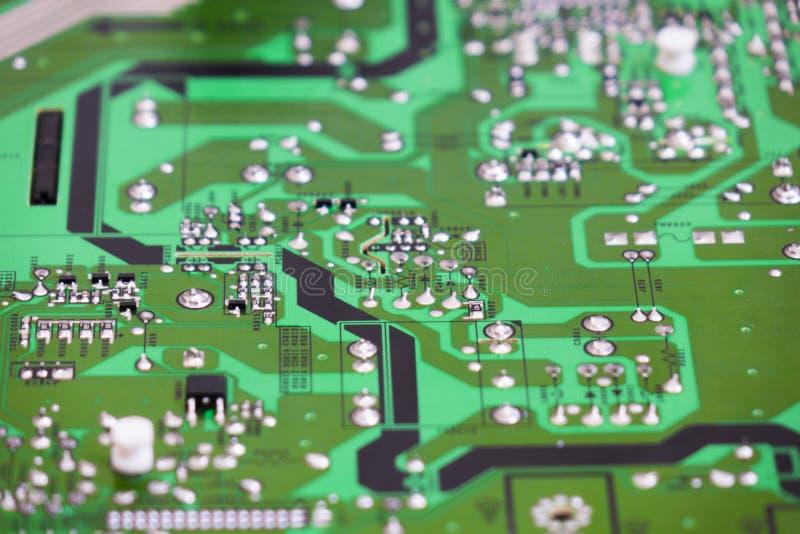 Проверка качества и собрание SMT напечатали компоненты на монтажной плате стоковые изображения rf