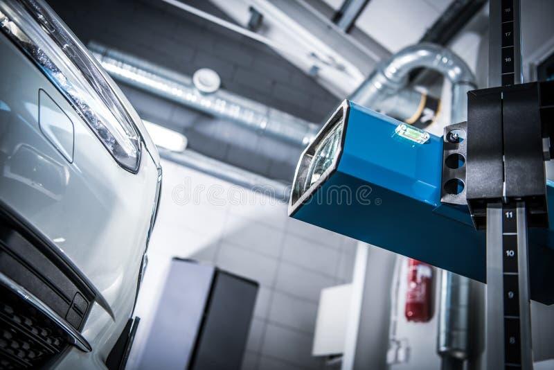 Проверка регулировки фары автомобиля стоковые фотографии rf