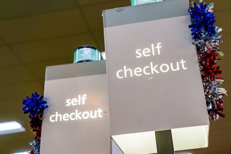 Проверка собственной личности подписывает внутри магазин стоковая фотография
