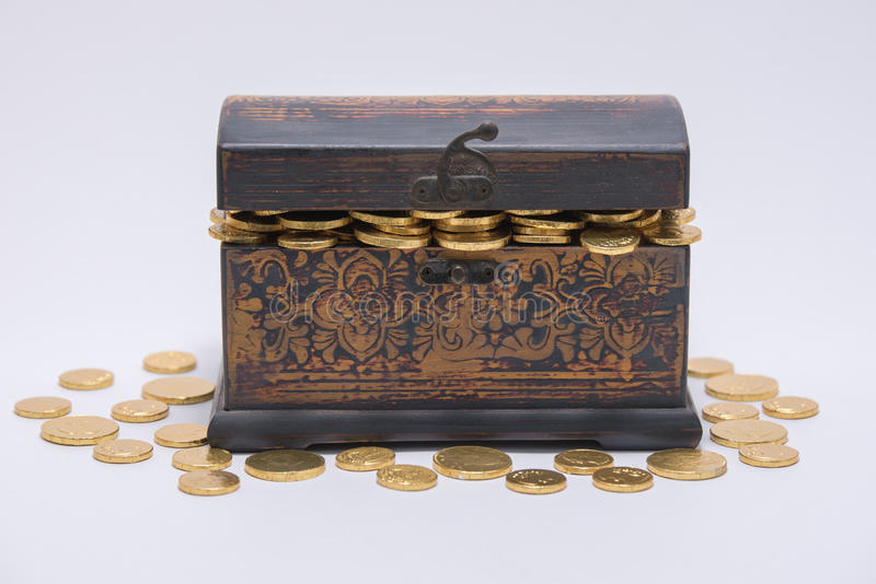 Проверка сокровища вполне монеток обернутых фольгой стоковая фотография rf