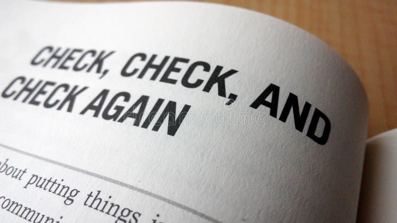 Проверяйте снова слово на книге стоковое изображение rf