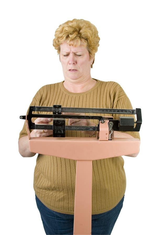 проверять ее женщину веса маштаба путя стоковые изображения