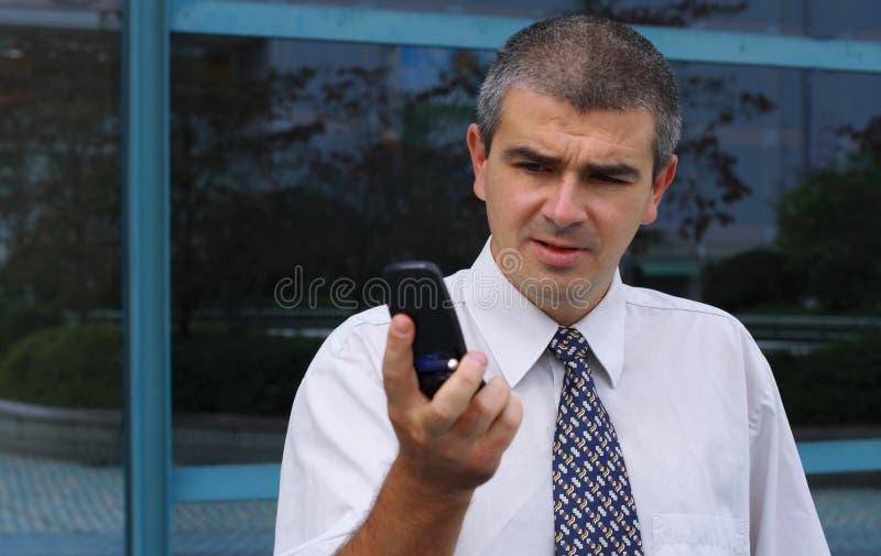 проверять мобильный телефон дисплея стоковая фотография rf