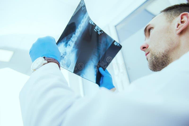 проверять доктора приводит к рентгеновский снимок стоковые фото