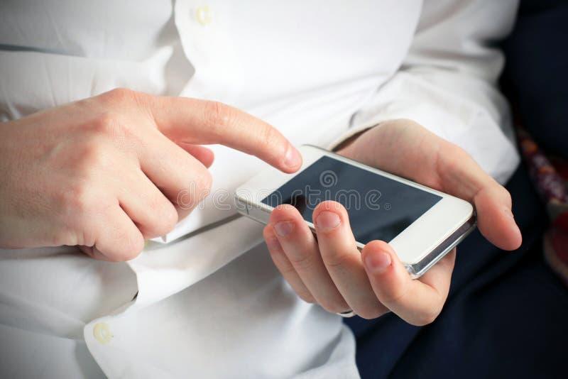 Download Проверять повестку дня на Smartphone Стоковое Фото - изображение насчитывающей проверки, бело: 41654008