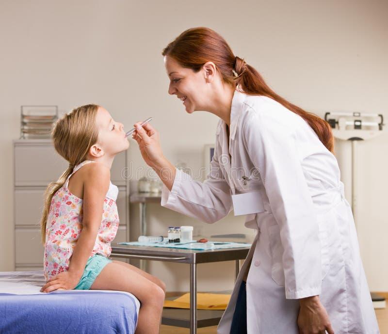 проверять температуру девушки доктора стоковые изображения rf