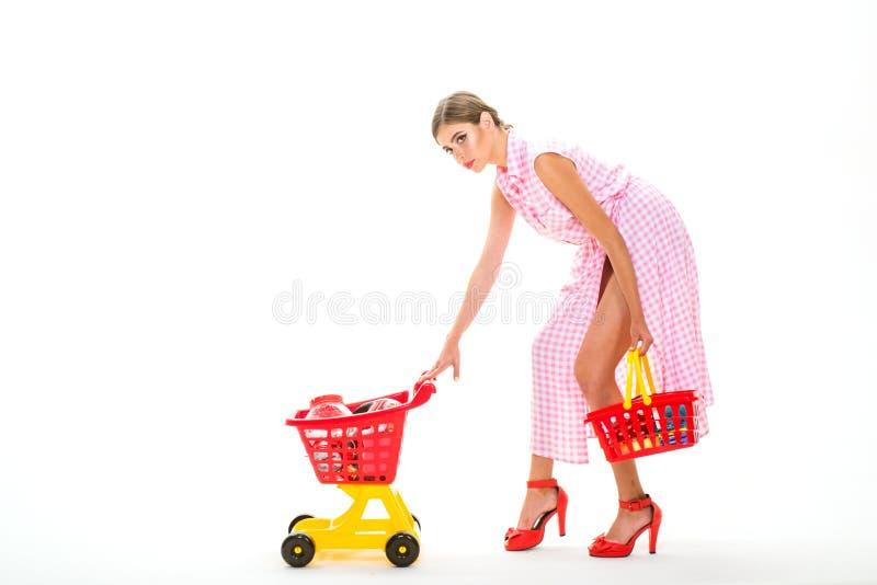 Проверяющ, что женщина списка покупок винтажная пошла ходить по магазинам в торговом центре с продуктами Налаживать розничная свя стоковая фотография