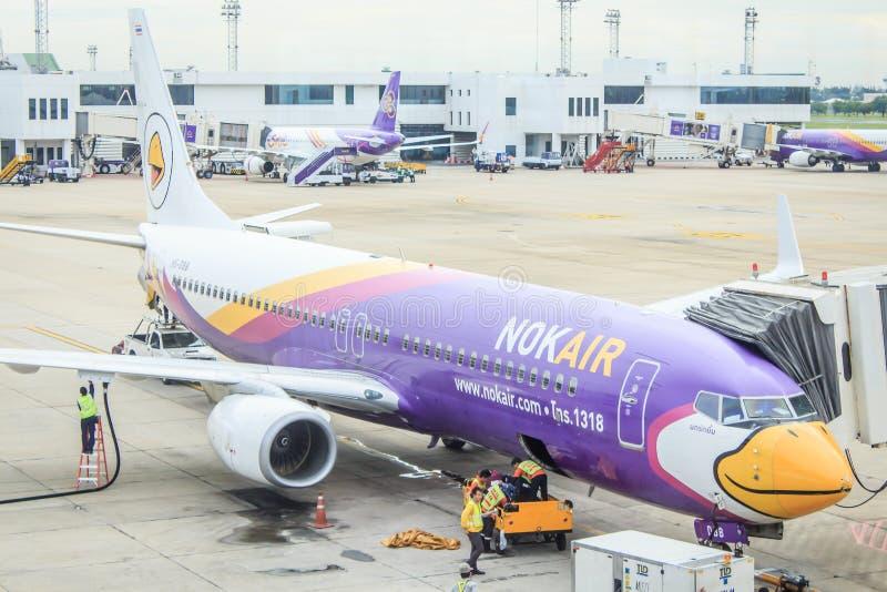 Проветрите план автостоянка тайского воздуха Lion Air, Nok на взлётно-посадочная дорожка и prepareing стоковая фотография rf