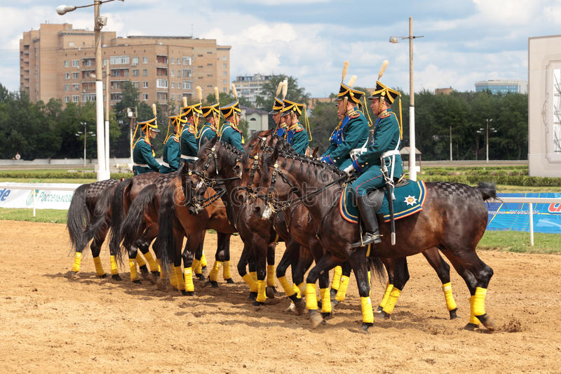 Проведения демонстрации всадников в costumes стоковая фотография