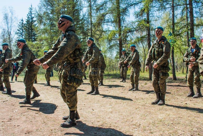 Проведения демонстрации русских солдат воздушного десанта на дне великой победы в Омске 9-ое мая 2017 стоковое изображение