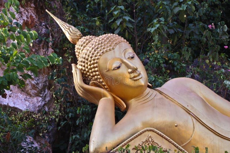 Провинция Вьентьян: 1-ое мая 2019, статуя Будды в Wat Sinxayyaram, саде буддизма стоковое фото rf
