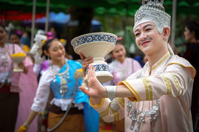 Провинция Chiang Rai, ТАИЛАНД - 14-ое января 2018: Тайские традиционные привлекательные мужчины, танцуя в тайском танцуя стиле дл стоковое изображение rf
