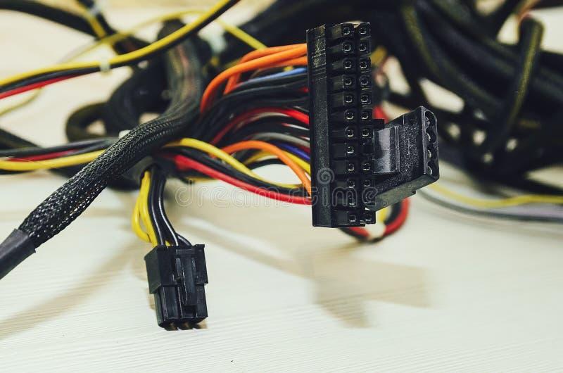 Провода соединения компьютера на белой предпосылке Конец-вверх, селективный фокус стоковая фотография rf