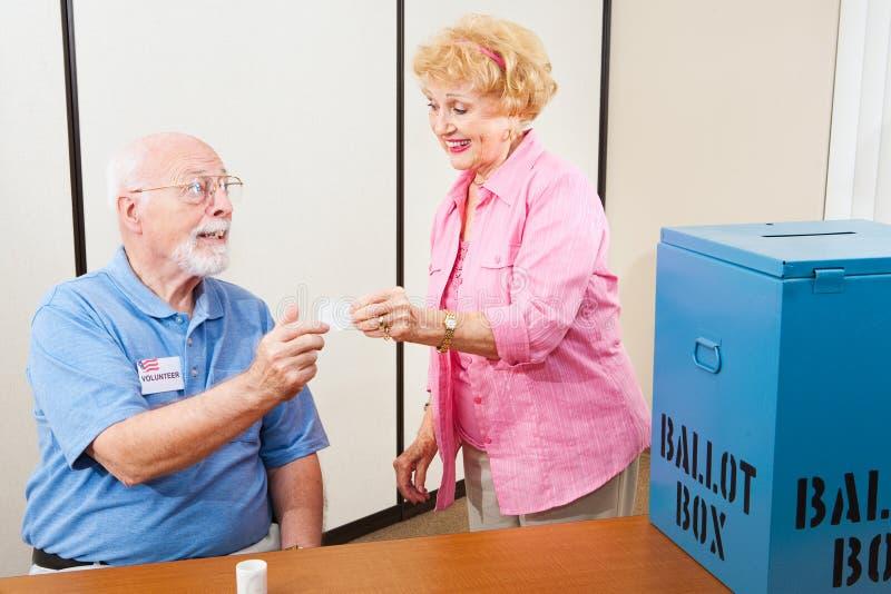 Провождать голосование волонтер и избиратель стоковые изображения