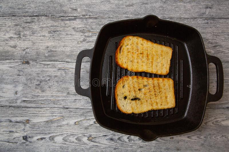 Провозглашанный тост тост хлеба на деревянной предпосылке стоковое изображение rf