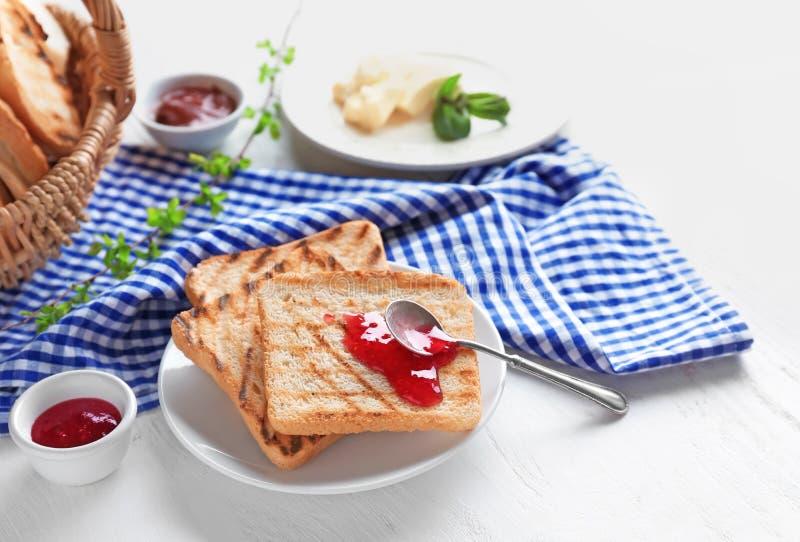 Провозглашанный тост хлеб с вареньем на плите стоковая фотография rf