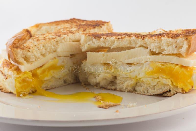 Провозглашанный тост хлеб с яичками и сыром стоковое фото