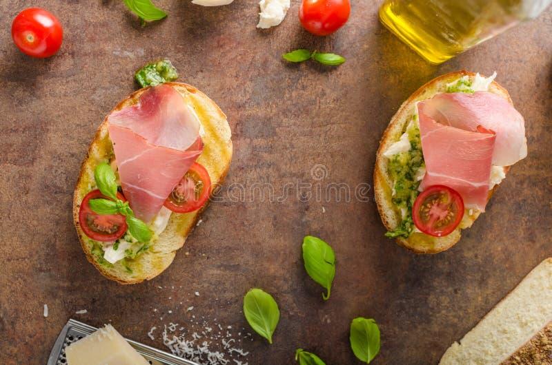 Провозглашанный тост тосканский хлеб с pesto стоковое изображение