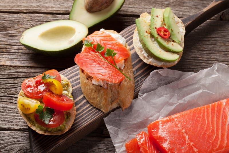 Провозглашать сандвичи с авокадоом, томаты, семги стоковая фотография rf