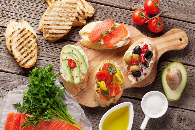 Провозглашать сандвичи с авокадоом, томаты, семги стоковая фотография