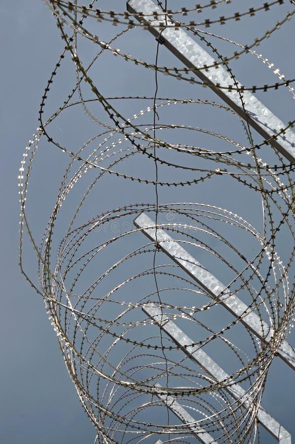 Провод бритвы на загородке тюрьмы стоковые изображения rf