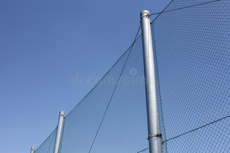 Download Проволочная изгородь металла с голубым небом Стоковое Изображение - изображение насчитывающей рамка, баррикад: 33736149