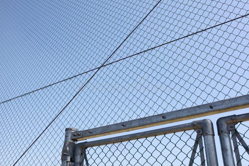 Download Проволочная изгородь металла с голубым небом Стоковое Фото - изображение насчитывающей загородка, линия: 33736152