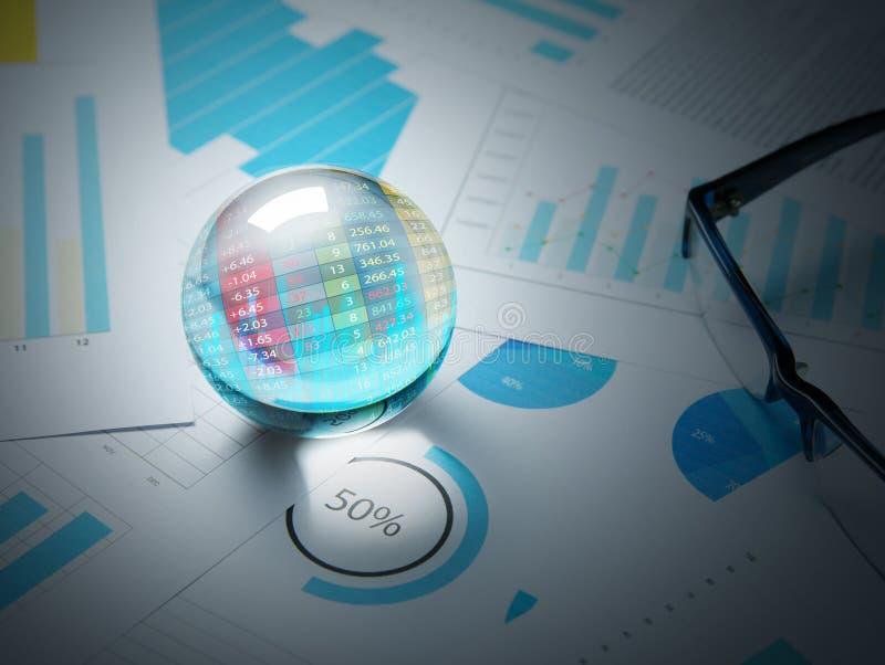 Прогноз и план запаса торговлей дела с хрустальным шаром стоковая фотография