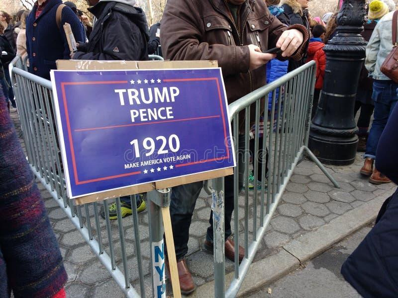 Проголосуйте Америку, Trump, сделайте Америка голосовать снова, ` s NYC -го март женщин, NY, США стоковое изображение rf