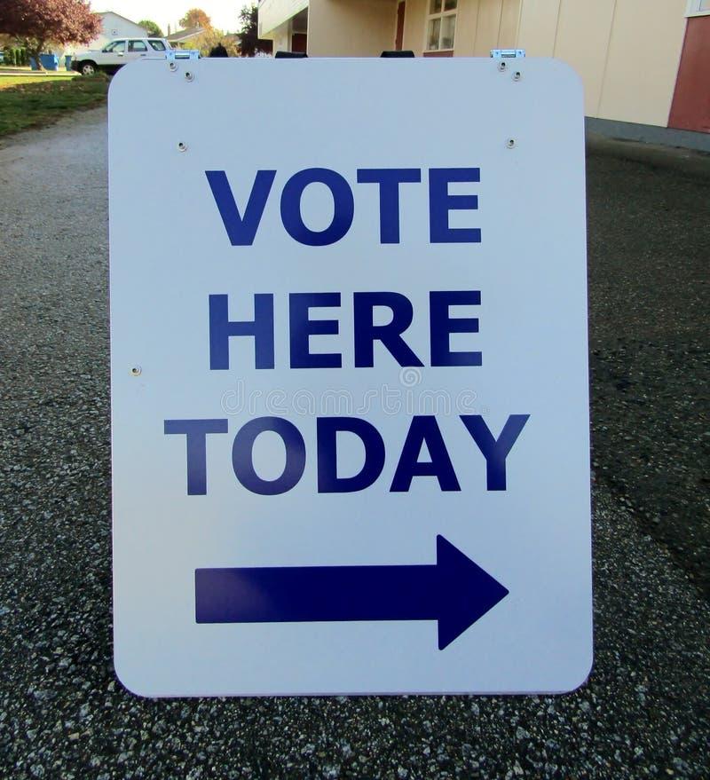 Проголосуйте здесь сегодня знак стоковое фото rf