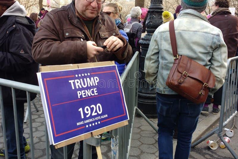 Проголосуйте знак, Trump, сделайте Америка голосовать снова, ` s NYC -го март женщин, NY, США стоковая фотография rf