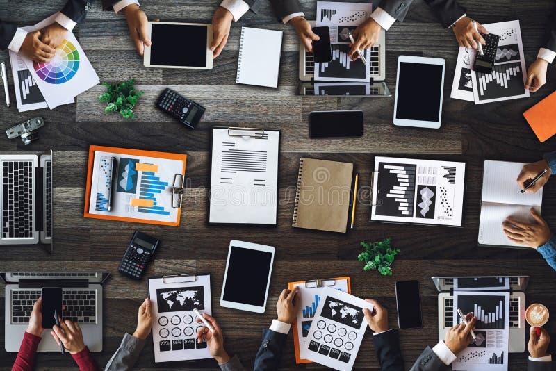 Программное обеспечение смартфона средств массовой информации цифров взгляда сверху концепций команды корпоративного бизнеса люде стоковые изображения rf