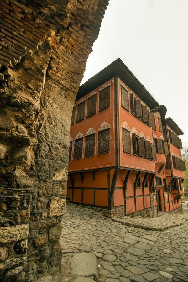 Прогулка вдоль мощенных булыжником улиц старого городка Пловдива, который в 2019 стал столицей культуры в Европе стоковое изображение