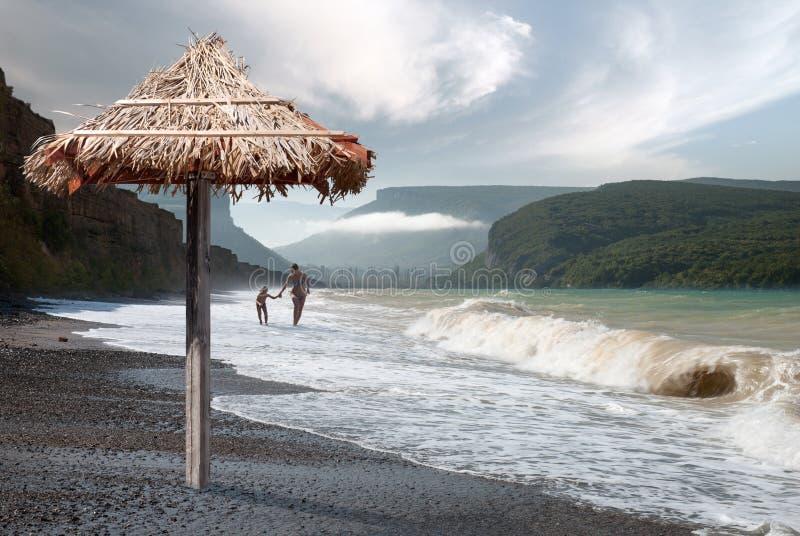 Прогулка вдоль пляжа Чёрного моря стоковое изображение