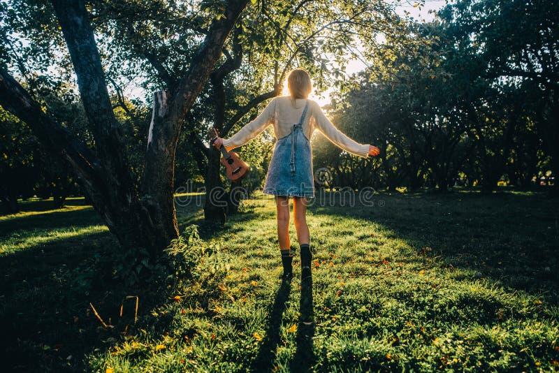 Прогулка в парке на заходе солнца стоковые изображения