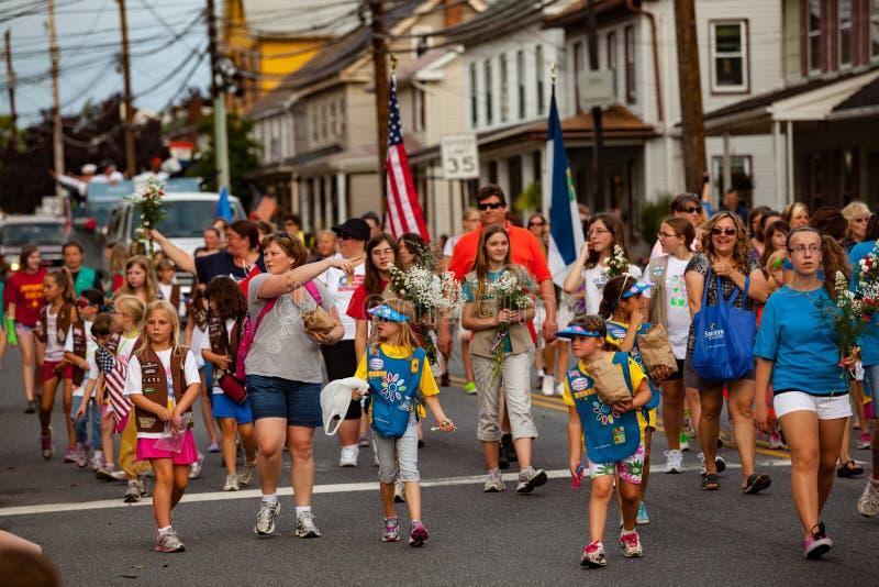 Прогулка девочка-скаутов в параде Дня памяти погибших в войнах стоковое изображение rf