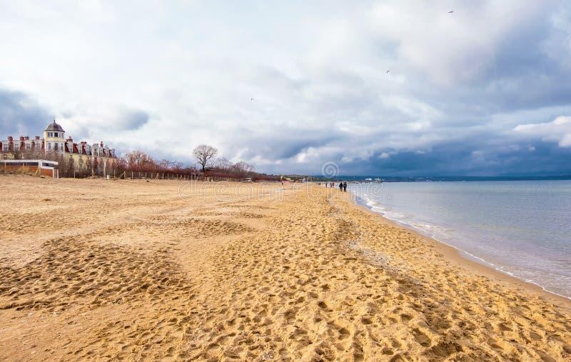 Прогулка зимы пляжем на побережье в Гданьск, Польше Балтийского моря стоковое изображение rf