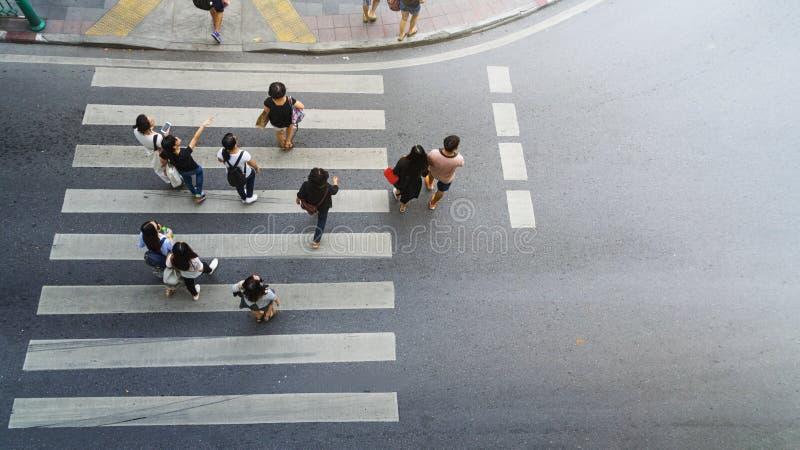 Прогулка и вахта людей на улице crosswalk стоковые изображения