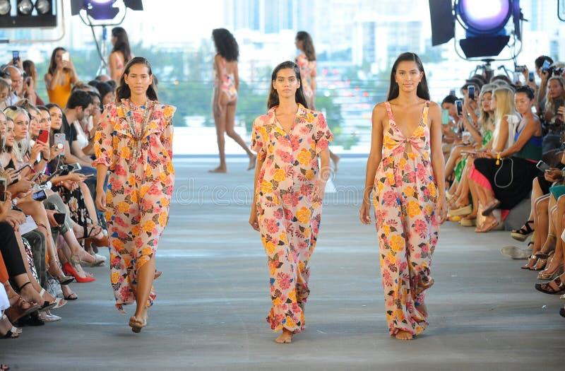 Прогулка моделей взлётно-посадочная дорожка на курорт 2019 акации во время моды Paraiso справедливой стоковое фото