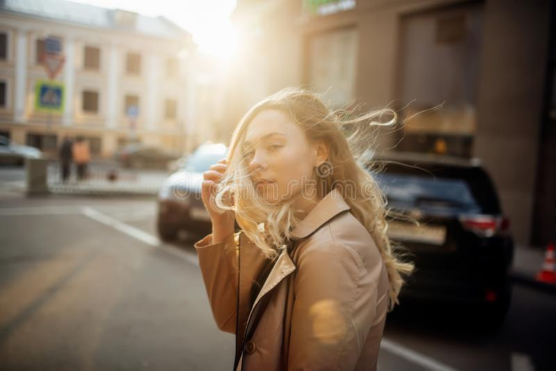 Прогулка на заходе солнца вокруг города стоковое фото rf