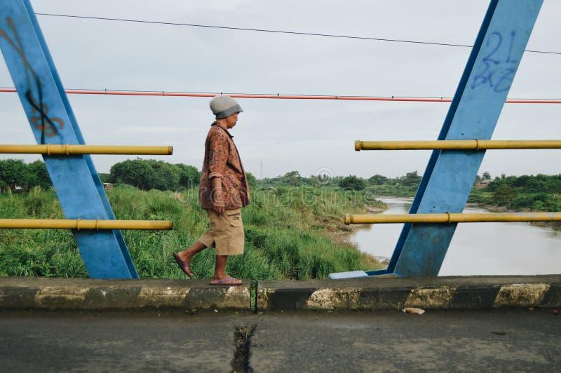 Прогулка на краю моста стоковые изображения