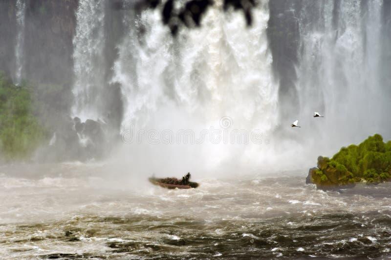 Прогулка на яхте к Игуазу Фаллс, путешествие к занавесу воды водопадов Iguazu стоковое фото rf