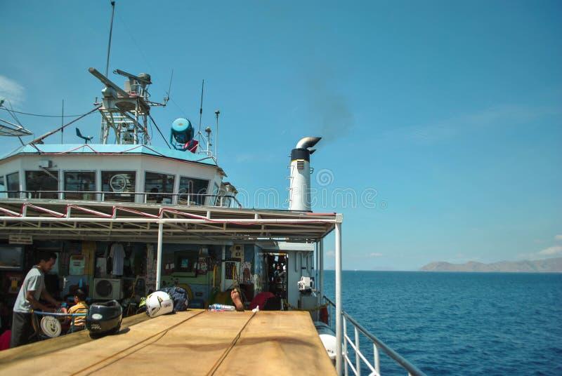 прогулка на яхте к bajo labuan, Индонезии Красивый пляж острова стоковые изображения