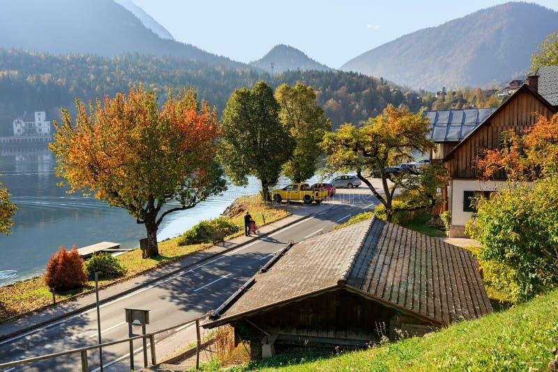 Прогулка озера Grundlsee в предыдущем утре осени Деревня Grundlsee, Штирия, Австрия стоковое фото rf